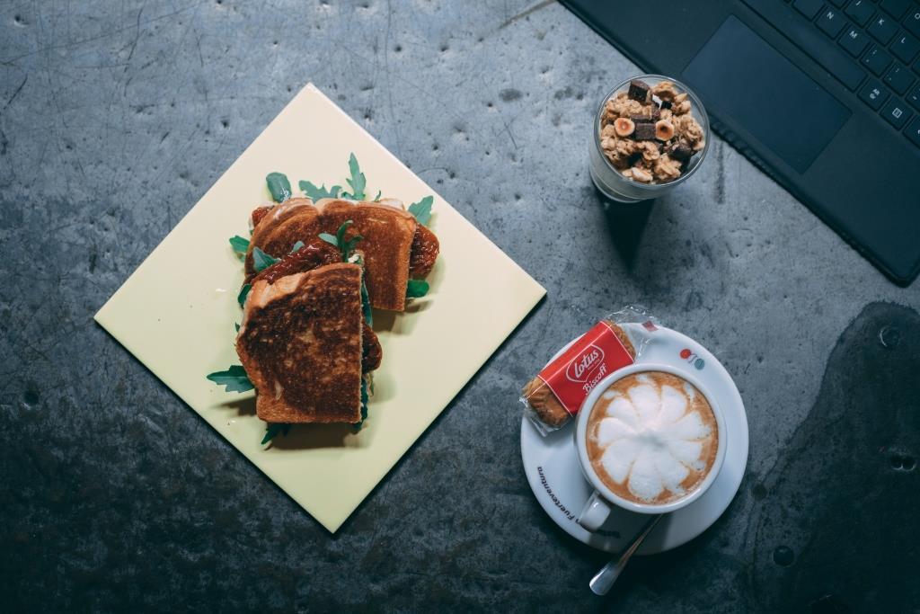 Sandwich y café en Talleres Palermo